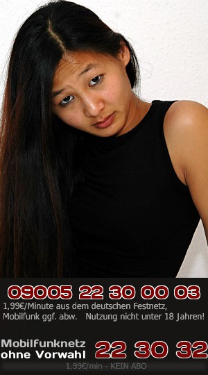 Hier kannst Du eine noch sehr junge Asiatin, die hervorragend Deutsch spricht, richtig heiß bei einem exotischen Flirt erleben.