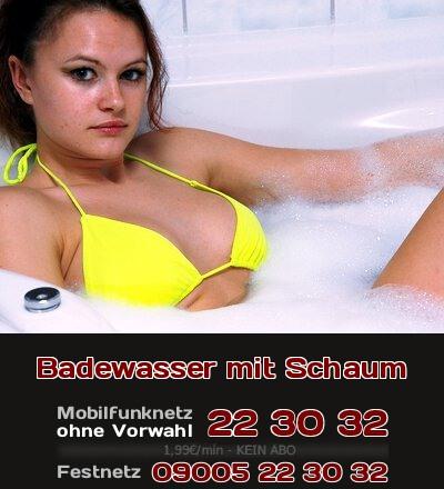 Ein süßes Girl sitzt im schaumigen Badewasser und sieht Dich fragend an. Beim Telefonsex bekommst Du mehr von dieser Erotik.