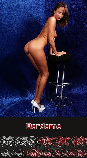 Als Bardame ist ihre Leidenschaft Sex in High-Heels auf Barhockern. Und sie steht auf Telefonsex!