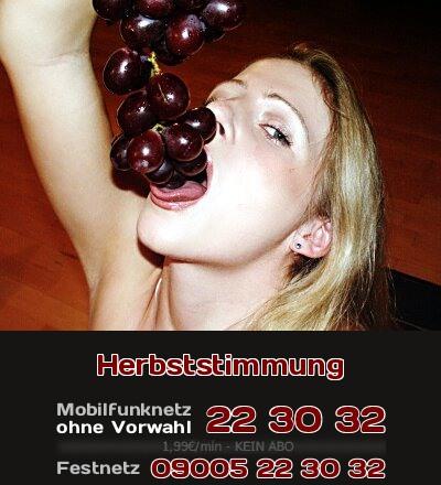 Gemütlich mit Weintrauben vor dem Kamin, das erweckt eine erotische Herbststimmung.