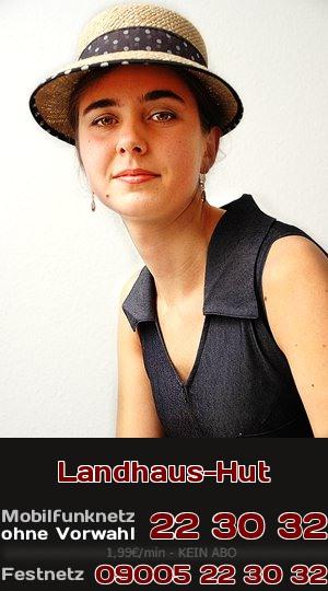 Ein Mädchen mit Hut im Landhaus-Stil. Was mag sie wohl beim Telefonsex zu bieten haben? Richtig: klassische Lust mit devoten Zügen!