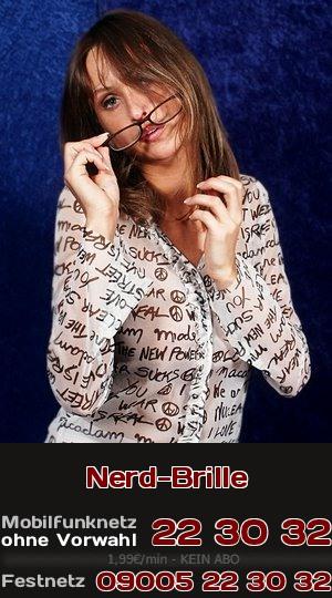Die typische Brille für einen Nerd ist auf der Nase einer heißen Braut richtig geil. Stehst Du beim Telefonsex auf intelligente Frauen?