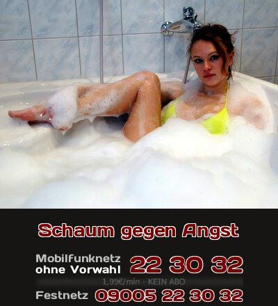 Telefonsex mit einer jungen Frau, die Angst hat, sich nackt zu zeigen. Mit viel Schaum im Badewasser hat das junge Girl weniger Hemmungen.