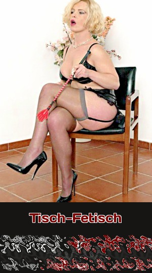 Die Herrin bemerkt, dass ihr ein Tisch fehlt. Willst Du beim Fetisch-Telefonsex für sie zum Tisch werden?