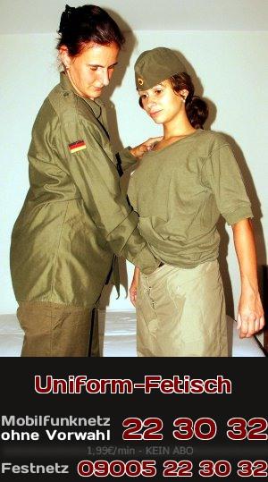 Zwei bisexuelle oder lesbische Soldatinnen in Kleidungsgegenständen der Uniform der Bundeswehr sind geil aufeinander und die eine Soldatin greift der anderen an die Möse.