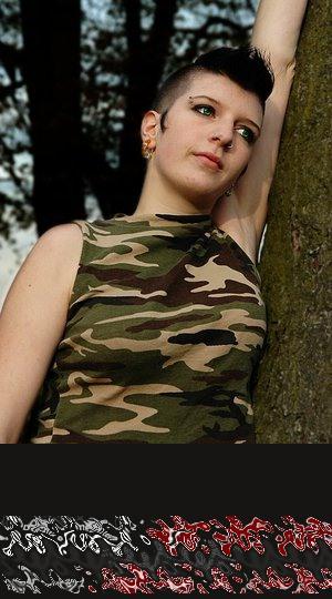 Sie hat grüne Augen, die Kleidung in Camouflage, das verspricht Telefonsex geheimnisvoll reizend zu werden.